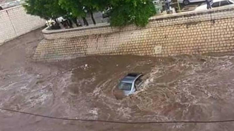 مجاز الباب: مياه وادي لحوار تجرف سيارتين