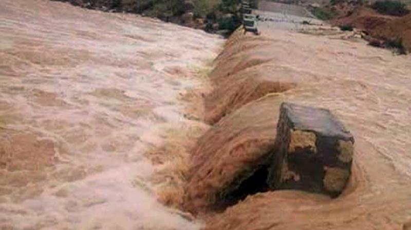 المياه تحاصر عددا من العمال داخل شركة أدوية بجبل الوسط