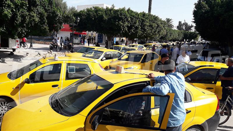 أصحاب سيارات التاكسي يضربون
