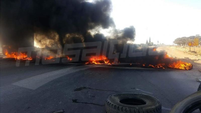 القيروان: 'أهالي الجباس' يغلقون الطريق ويشعلون العجلات المطاطية