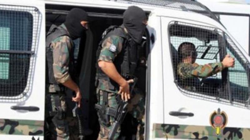 جيرانه منعوا الأمن من مداهمة منزله: متهم بجريمة قتل يسلّم نفسه