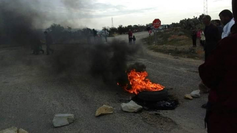 حفوز: محتجون يغلقون الطريق للمطالبة بالماء الصالح للشرب