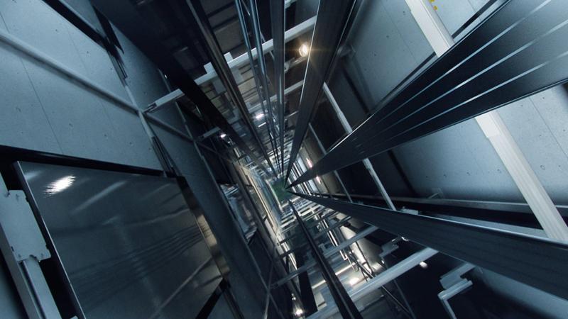 أعجوبة تنقذ 6 أشخاص هوى بهم المصعد 80 طابقا