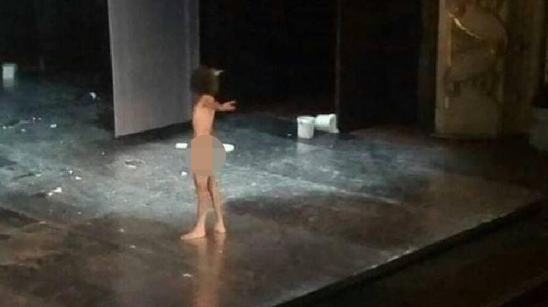 ممثل عار على خشبة المسرح يثير جدلا على فيسبوك في تونس