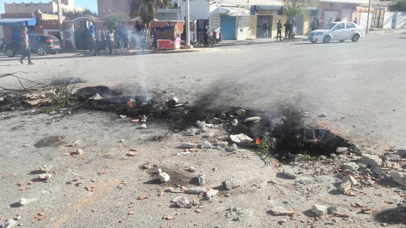 القصرين:محتجون يضرمون النار في إطارات مطاطية بحي الزهور