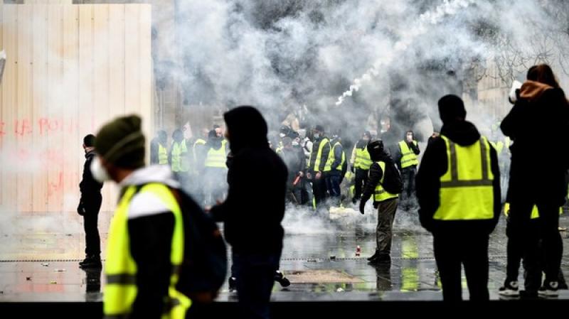 السترات الصفراء تجتاح مجددا شوارع فرنسا