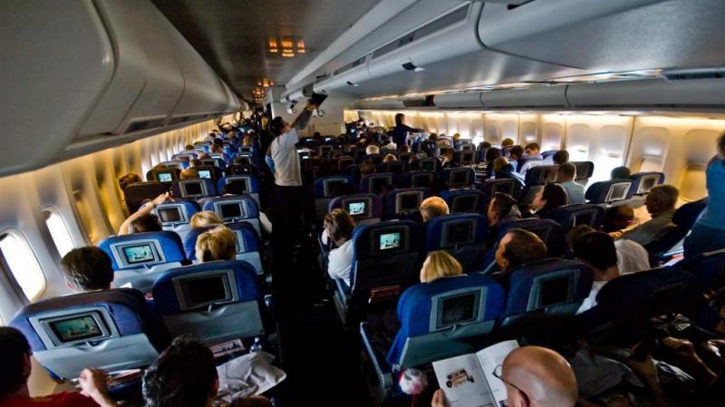 يعتدي جنسياً على إمرأة نائمة في الطائرة..وزوجته بجانبه!