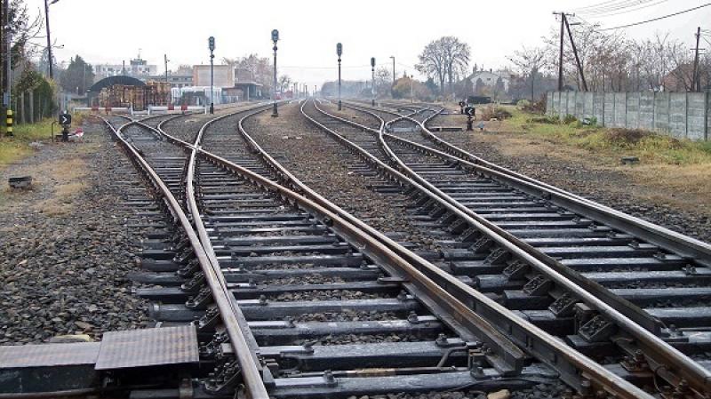 ''السكران المحظوظ'' ينجو من مرور قطار فوقه