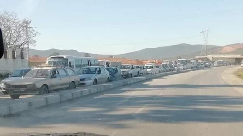 احتجاج متقاعدي الجيش الجزائري يغلق الحدود مع تونس