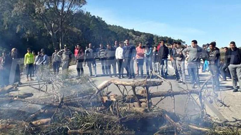 طبرقة: بحارة يحتجون ويغلقون الطريق الحدودي مع الجزائر