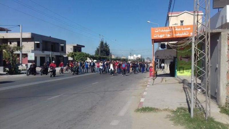 عمال مصنع الألبان بسوسة يغلقون الطريق مجددا