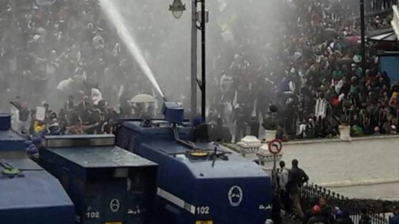 الجزائر: الشرطة تمنع المحتجين من الوصول إلى الرئاسة