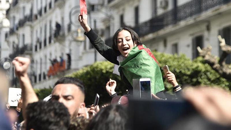 الجزائر: طرح خريطة طريق لمرحلة انتقالية من ستة أشهر
