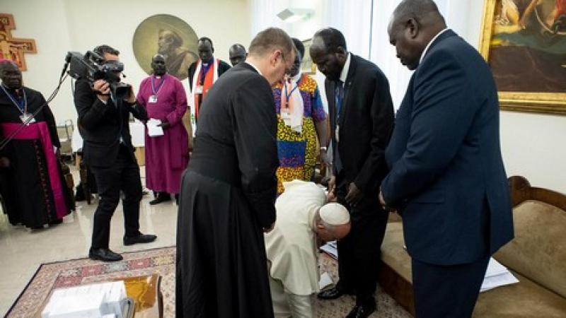 'بابا الفاتيكان' يقبّل أقدام زعماء جنوب السودان