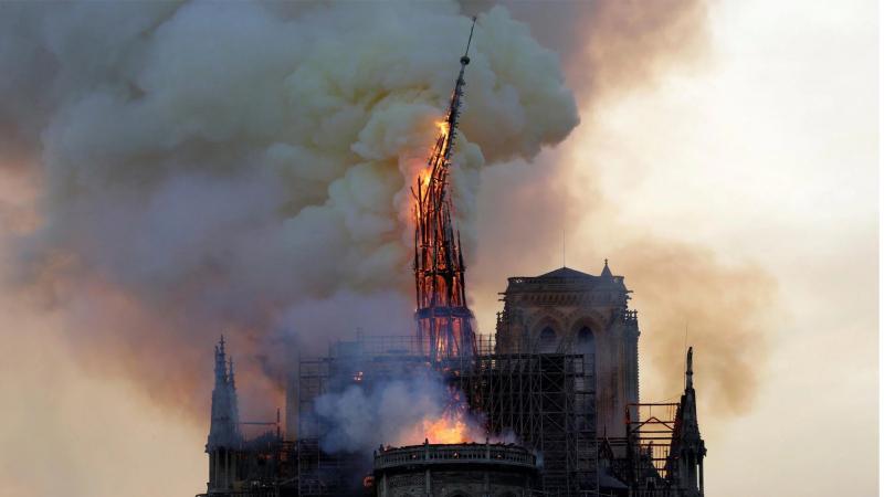 إنهيار سقف كاتدرائية نوتردام التاريخية في الحريق ''الرهيب''