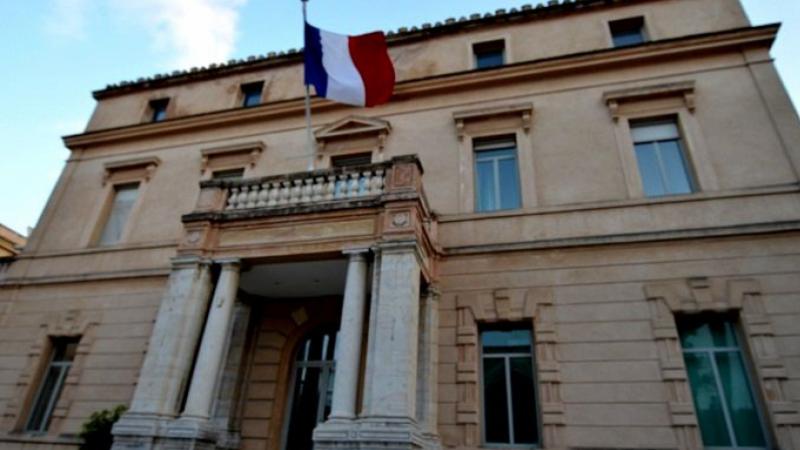 بعد منع عبور وفدها الدبلوماسي في الحدود: سفارة فرنسا تعلّق