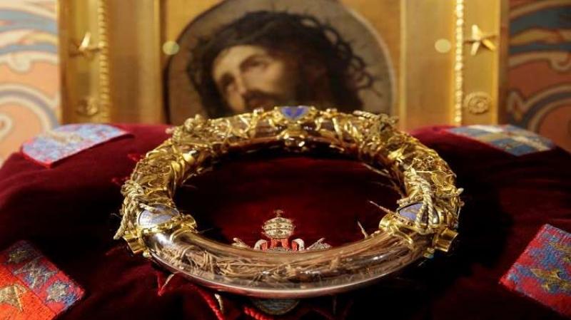 كاهن ''بطل'' ينقذ ''إكليل يسوع'' من ألسنة اللهب