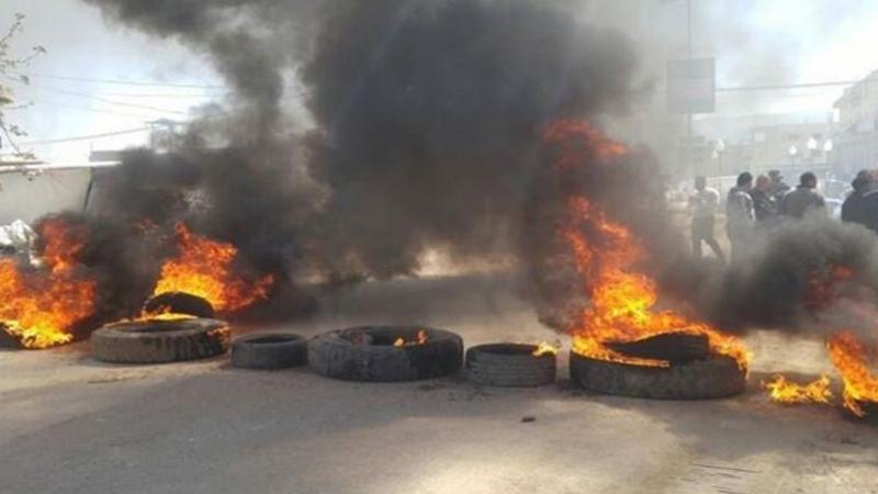 العلا :غلق الإدارات وحرق العجلات المطاطية