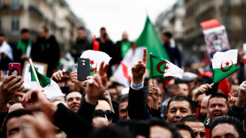 الرئيس المؤقّت الجزائري يرفض الإستقالة