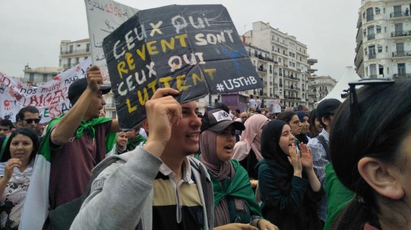 طلبة جزائريون يخرجون في مسيرة  للمطالبة برحيل النظام