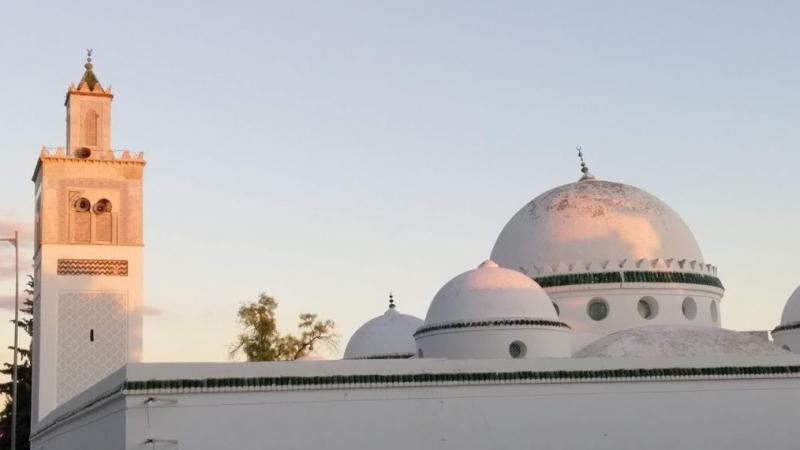 مُنع من جمع ''المهبة'': إمام يغادر المسجد بعد الركعة الرابعة