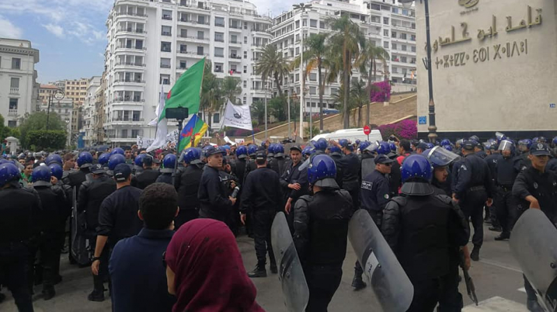الجزائر: الغاز المسيل للدموع لتفريق مسيرة طلابية