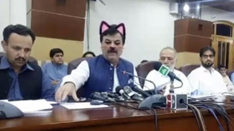 وزير يخرج إلى مشاهديه عبر فايسبوك ''بأذني قطة''
