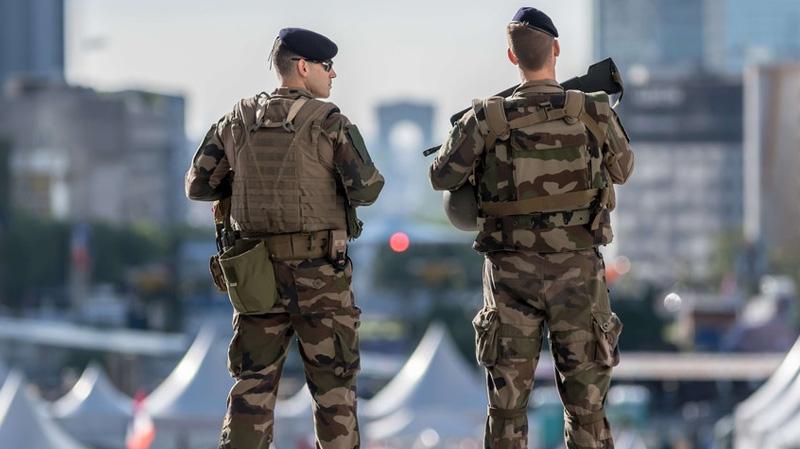 ليون الفرنسية: جنود يطلقون النار على شخص هددهم بسكين