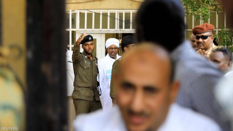 عمر البشير يظهر بلا أصفاد وبالعمامة في طريقه إلى النيابة العامة