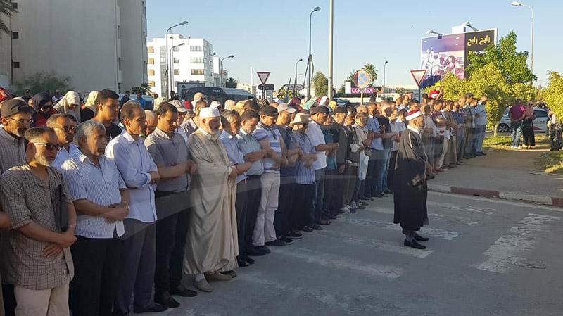 بإمامة عادل العلمي: صلاة الغائب على مرسي أمام سفارة مصر