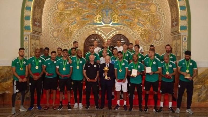 الرئيس الجزائري يمنح محاربي الصحراء أعلى وسام في البلاد