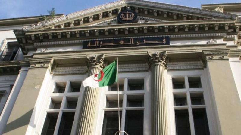 القضاء الجزائري يحقق مع وزير العدل السابق ويمنعه من مغادرة البلاد
