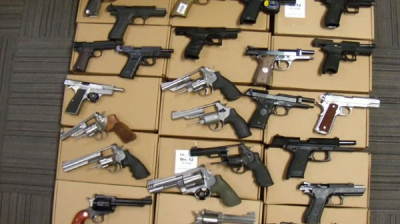 25 قطعة سلاح لدى رجل أطلق تهديدات في الولايات المتحدة