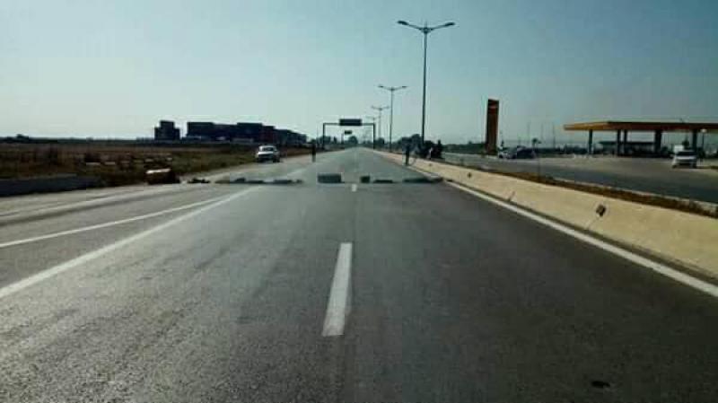 الجزائريون يطاردون وزارءهم