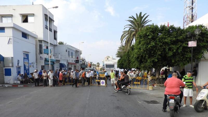 حمامات: احتجاجا على اضراب البريد مواطنون يغلقون الطريق