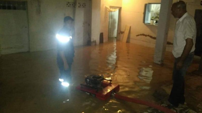 الحماية تتدخل لشفط المياه من المنازل وإزاحة السيارات