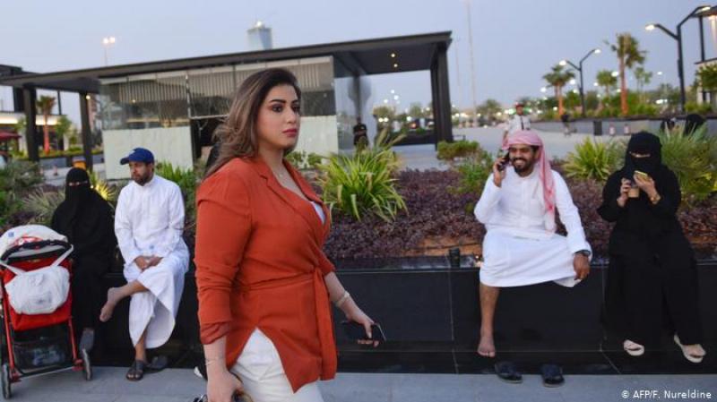 في مشهد غير معتاد: سعوديات يتخلّين عن العباية في شوارع الرياض
