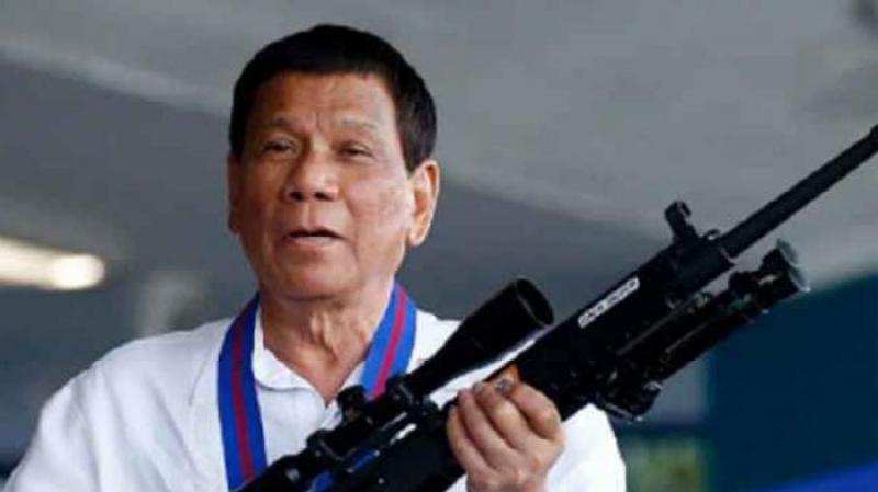 رئيس الفلبين يدعو مواطنيه لإطلاق النار على طالبي برشوة