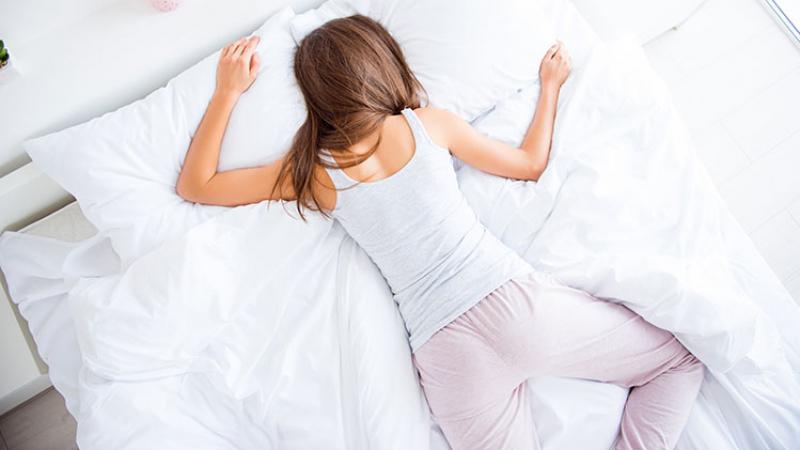 وضعيات نوم خطرة على صحتكم.. تجنّبوها