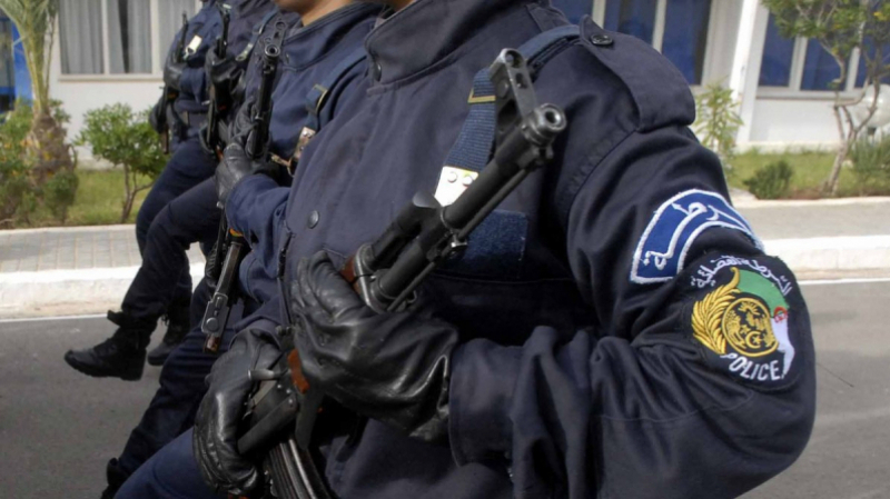 الشرطة الجزائرية تحجز أسلحة حربية مهربة من تونس