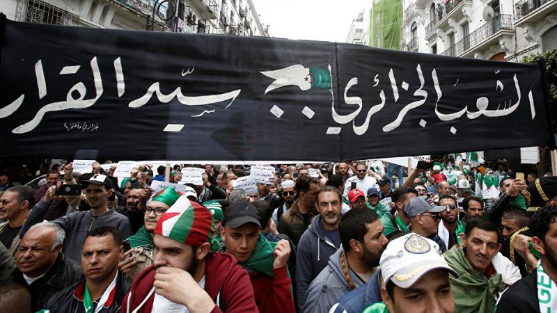 الجزائر: الآلاف يتظاهرون في العاصمة والأمن يحاصر مداخلها