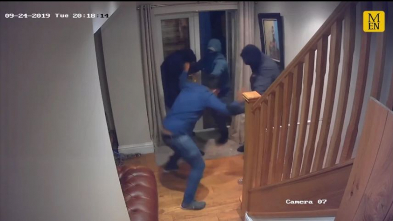 ذودا عن زوجته: يتصدى بشراسة للصوص مسلحين داهموا منزله