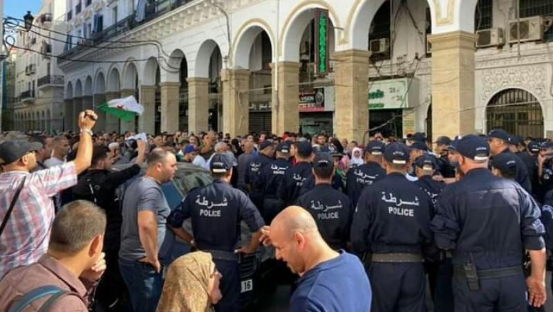 بينهم صحفي: الشرطة الجزائرية تنفذ سلسلة اعتقالات خلال مسيرة الطلبة