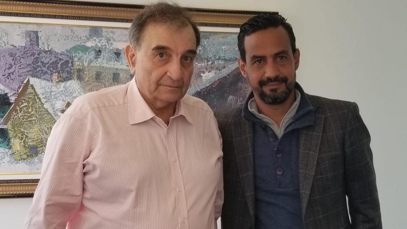 صحفي تونسي يجري حوارا تلفزيا مع صاحب شركة ''اللوبيينغ''