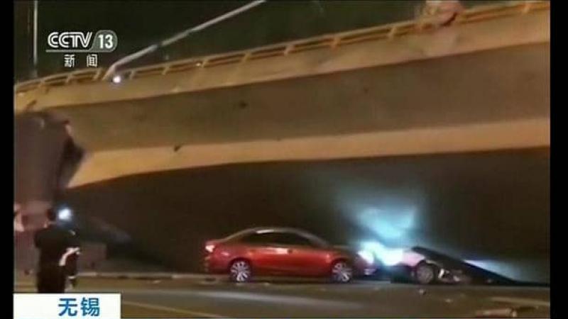 إنهيار جسر وسحق سيارات بمن فيها
