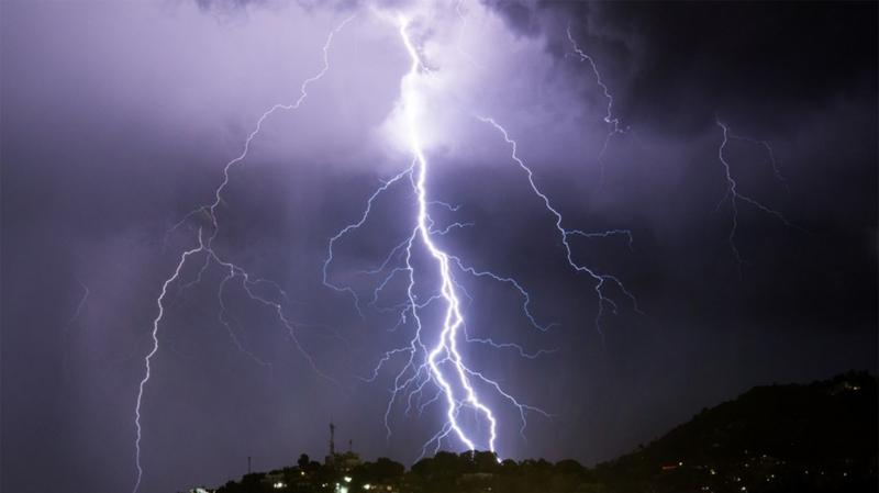 أمطار رعدية ..تساقط برد وظهور صواعق اليوم