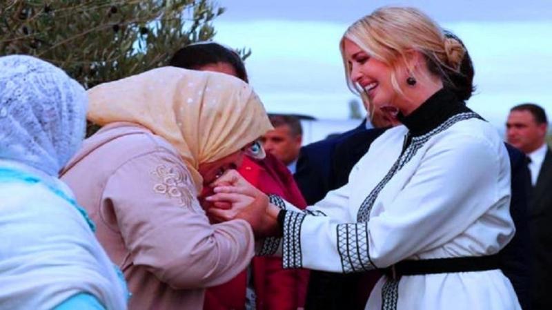 مغربية تقبّل يد إيفانكا.. وتثير الجدل