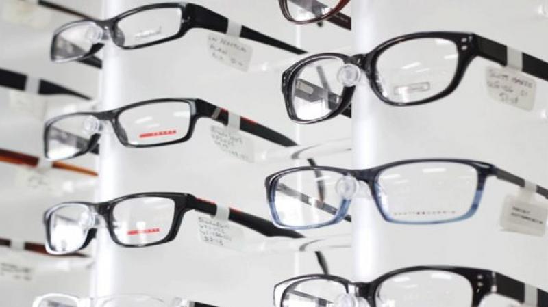 إرتداء النظارات ممنوع على موظفات هذه الشركات!