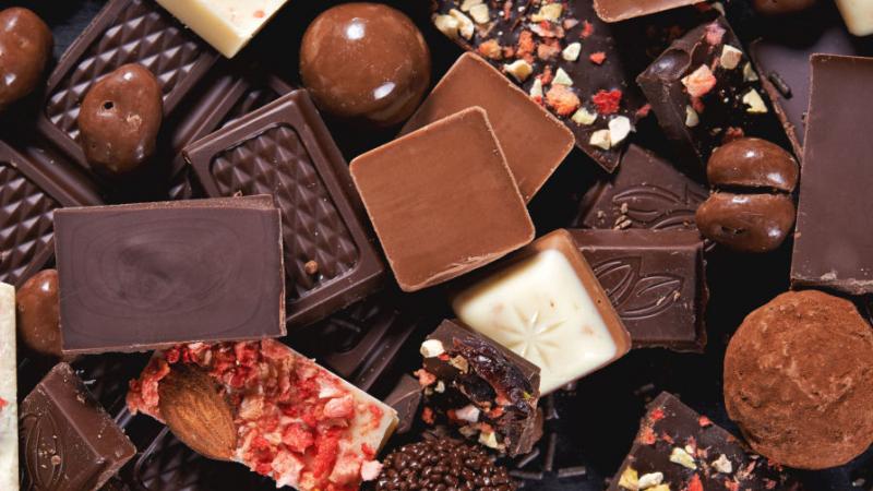 لص يسرق 20 طنا من الشوكولاتة..