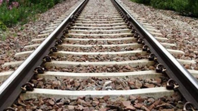 أي لغز وراء أشلاء جثة ''قيم عام'' على طول سكة القطار؟